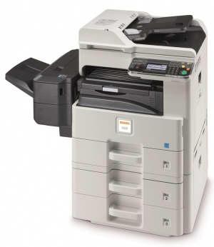Kserokopiarka Utax 256i Wielofunkcyjna cyfrowa kopiarka A3. To wielofunkcyjne urządzenie opiera się na innowacyjnej koncepcji, która łączy łatwą, intuicyjną obsługę z kompaktowym i atrakcyjnym wyglądem. Z prędkością 25 stron A4 / minutę przy kopiowaniu i drukowaniu oraz  skanowaniu do 40 stron A4/minutę w b/w, 20 stron A4/minutę w kolorze każda praca będzie szybko zakończona. Standardowy podajnik dokumentów, moduł druku dwustronnego oraz opcjonalnie urządzenia pomocnicze, takie jak dodatkowe kasety na papier, finiszer, zestaw faksu  aby system mógł rozwijać się wraz z potrzebami użytkownika. Kolorowy panel dotykowy sprawia, że obsługa szczególnie łatwy w obsłudze.         Kserokopiarka + drukarka + skaner     drukowanie dwustronne (duplex) w standardzie     25 kopii A4 na minutę  (model 256i)         dotykowy ekran