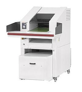 System niszcząco - belujący HSM Sp 5080  Niezwykle wydajna niszczarka dokumentów FA 500.3 w połączeniu z wygodną prasą belującą o małych rozmiarach - KP 80. pobór materiału do niszczenia z obszernego blatu podawczego za pośrednictwem elektrycznie napędzanego podajnika taśmowego. Nowoczesna klawiatura sterująca z funkcją pracy ciągłej i cofania. Fukncja automatycznego cofania w przypadku wykrycia zacięcia papieru. Zintegrowany system automatycznego oliwienia noży tnących. Nowoczesny kontroler SPS z wyświetlaczem i przyjaznym w obsłudze menu (także w języku polskim). Fotokomórka pozwalająca automatycznie sterować procesem zgniatania. Jednoczesne niszczenie i prasowanie. Materiał jest prasowany bezpośrednio w worku odbiorczym (podstawowe wyposażenie: 5 worków foliowych). Belownica z bezpośrednim dostępem poprzez otwór załadowczy do prasowania niezniszczonych dokumentów lub kartonów. Wskaźnik gotowych bel. Produkt niemiecki.
